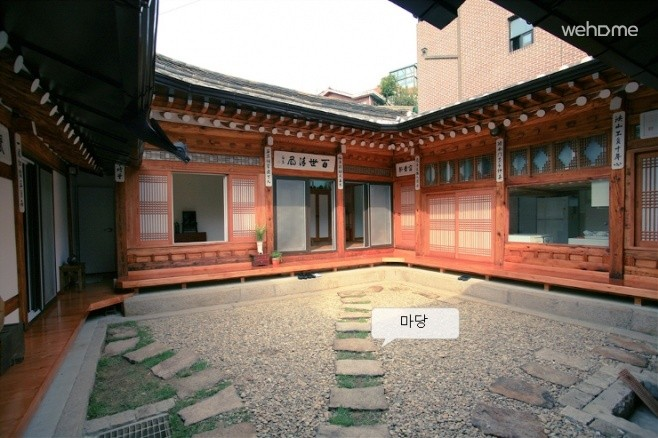 Hanok yard Tak is characterized by Stretching. Hanok pay Eugene's House put the seasons, we tell ourselves is a life of sharing yard.