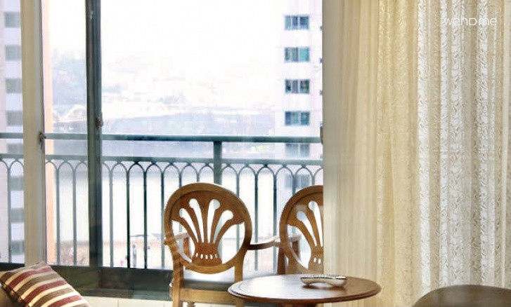 (독채사용) 용산 한강변의 방 3개 아파트 -  거실 한강 부분조망