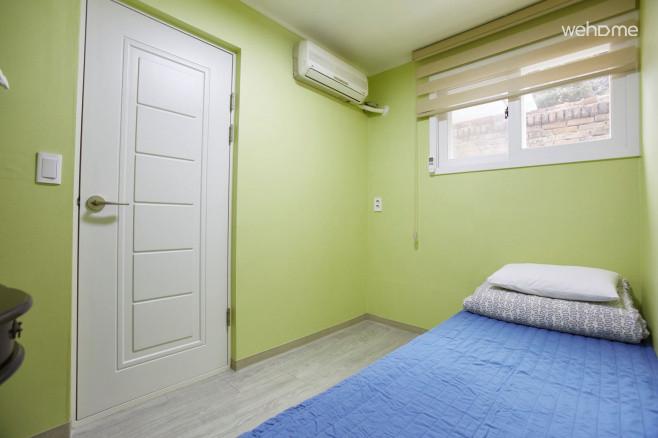 [서촌] 넓은 정원, 조용한 개인실입니다. 싱글침대, 탁자, 화장실이 방안에 있습니다.