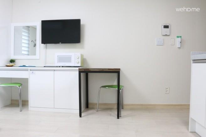 식탁, Cable TV, 전자레인지, 화장대