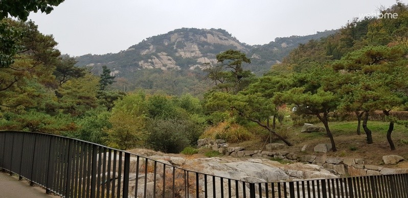 A mountain view from 10 steps away from CH. Inwangsan Mountain and Susungdong Valley, which is a famous tourist attraction