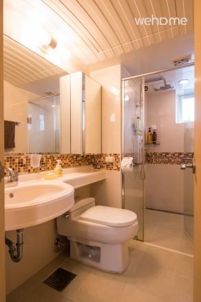 안방에 붙어 있는 화장실입니다. 샤워실이 붙어 있습니다.