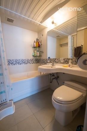 욕조가 딸린 화장실입니다