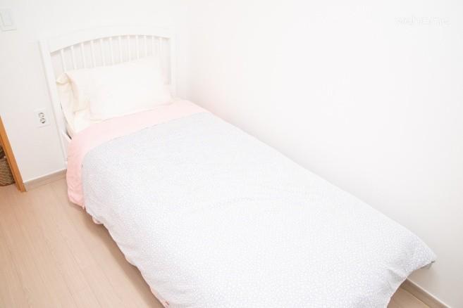 침실 1: 싱글베드 및 서랍장