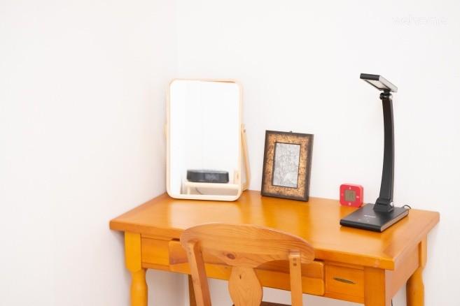 침실 2의 화장대겸 노트북 테이블