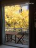 2층 테라스에서 다과나 와인 등 오붓한 자리를 가질 수 있습니다. 단풍과 살구나무가 우거져 있습니다.