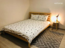 더블룸 퀸사이즈 침대로 2명이 이용하기에 적합합니다. 화장대, 옷장, 티테이블이 있고 큰창으로 후원 단풍나무를 볼 수 있습니다.