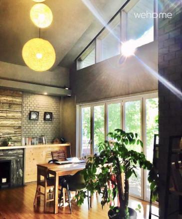 탁트인 높은 층고와 전면 유리창으로 정원뷰를 감상할 수 있습니다.