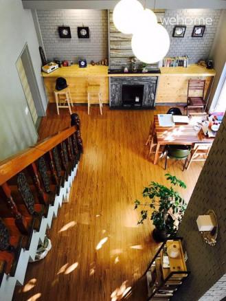 2층에서 바라본 거실입니다. 원목계단으로 1, 2층이 연결되어 있습니다.