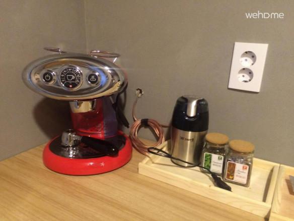 주방 앞 커피바에는 원두커피와 티백, 잎차 등이 무료로 제공됩니다.