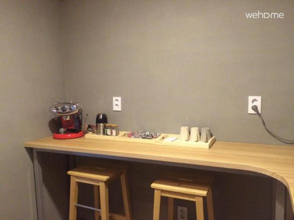 주방 앞 커피바입니다. 커피와 각종 차가 무료로 제공됩니다.