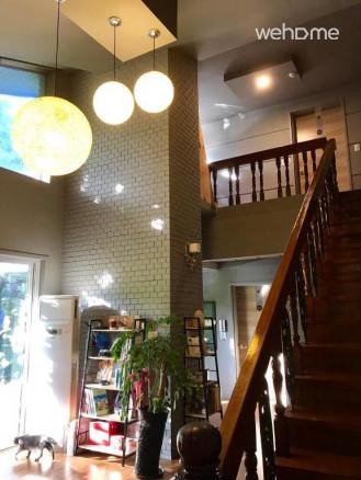 거실 1층에서 바라본 원목계단과 2층, 층고가 높아 시원합니다.