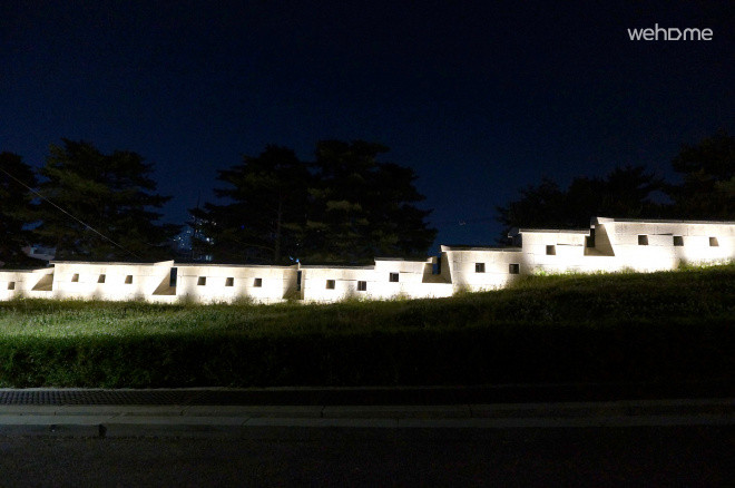 야간조명이 켜지면 집앞은 더욱 아름다운 한양도성의 모습이 펼쳐집니다.