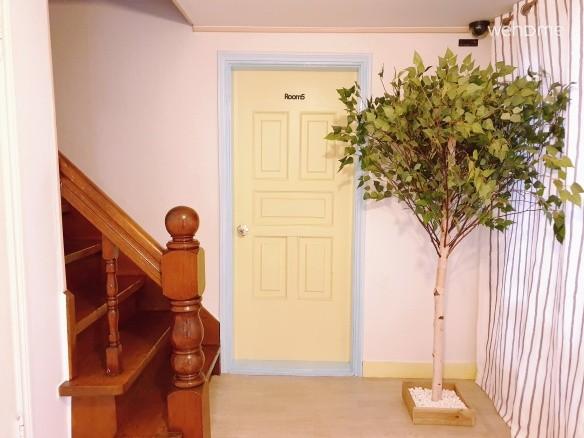 2층으로 올라가는 나무 계단