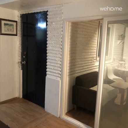 파란문이 침실로 가는 문입니다.