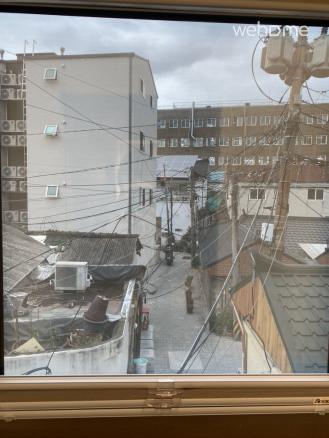 2층 계단 창을 통한 뷰입니다. 오래된 전깃줄이 정겹습니다.