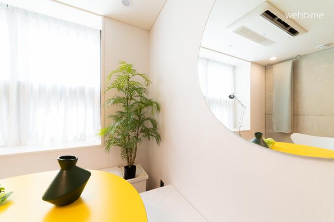 [2021신축건물]방2개+화장실2개+홍대입구역도보30초+50%오픈할인중+스위트룸A